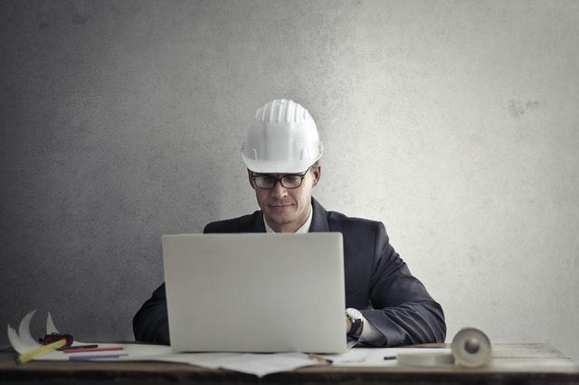 Bauarbeiter im Homeoffice